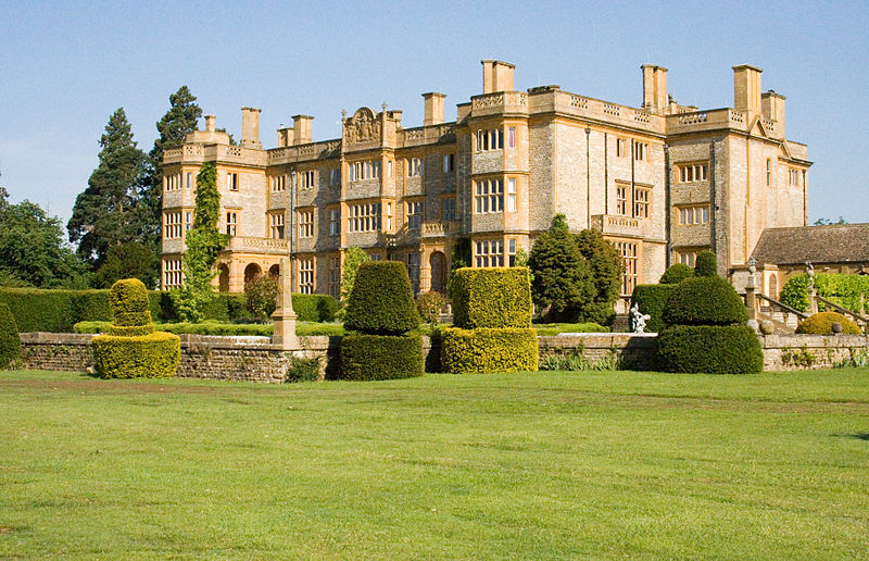 800px-Eynsham_Hall,_in_the_light_of_a_new_morning