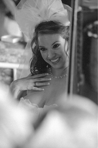 A_woman_prepares_for_her_wedding (1)