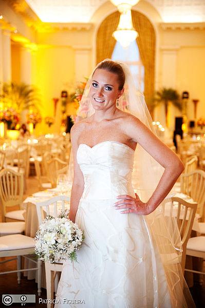 399px-Wedding_dress_by_Carolina_Herrera (1)